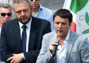 Il sindaco di Lodi Simone Uggetti (s) in un'immagine tratta dal suo profilo Facebook assieme al premier Matteo Renzi. Roma, 4 maggio 2016. ANSA/ FACEBOOK +++ATTENZIONE LA FOTO NON PUO? ESSERE PUBBLICATA O RIPRODOTTA SENZA L?AUTORIZZAZIONE DELLA FONTE DI ORIGINE CUI SI RINVIA+++