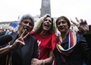 Monica Cirinn‡ (C) con Paola Concia (S) e Vladimir Luxuria davanti Montecitorio durante il voto sulle unioni civili alla Camera, Roma, 11 maggio 2016.  ANSA/ANGELO CARCONI