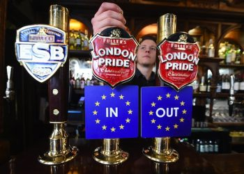epa05259828 EU IN OUT bar coasters are pinned to ale taps at a pub in Westminster, London, Britain, 15 April 2016. The EU referendum campaign officially kicked off the same day with the 'Britain Stronger in Europe' and 'Vote Leave' to begin criss crossing the UK in order to get their message to the voters. Britain will vote on 23 June 2016 wether to remain in the EU or to leave.  EPA/ANDY RAIN