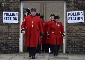 epa05385713 Chelsea pensioners leave a polling station after voting in the EU Referendum in London, Britain, 23 June 2016. Britons will vote on whether to remain in, or leave the European Union (EU) in a referendum on 23 June.  EPA/HANNAH MCKAY