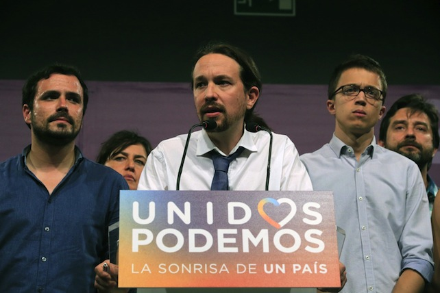 epa05393508 Leader of Podemos Party Pablo Iglesias (C) next to Political Secretary of Podemos Party Inigo Errejon (R), and candidate for Madrid and IU leader Alberto Garzon (L), attends a press conference on the general elections results in Madrid, Spain, 26 June 2016. Spain held general elections on 26 June 2016 after parties failed to form a government in the 20 December 2015 election.  EPA/ZIPI