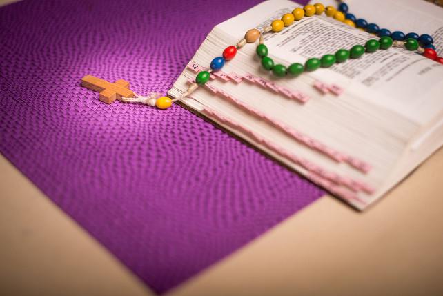 rosario-bibbia-preghiera-shutterstock_250139950