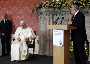 Pope Benedict XVI (L) and Britain's Chief Rabbi Jonathan Sacks (R) during the meeting of religious leaders at St Mary's University College, in Twickenham, south-west London on 17 September 2010.   ANSA/MAX ROSSI-POOL