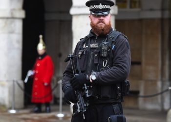 epa04556646 An armed policeman on guard at Downing Street in London, Britain, 12 January 2015. British Prime Minister David Cameron had talks with security and intelligence chiefs following last week's terror attacks in France.  EPA/ANDY RAIN