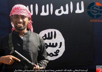 Uno dei membri del commando che ha assaltato il ristorante di Dacca, Bangladesh, in una foto con kefiah in testa e kalashnikov in mano pubblicate dall'ISIS. ANSA/SITE  INTEL GROUP/ ANSA PROVIDES ACCESS TO THIS HANDOUT PHOTO TO BE USED SOLELY TO ILLUSTRATE NEWS REPORTING OR COMMENTARY ON THE FACTS OR EVENTS DEPICTED IN THIS IMAGE; NO ARCHIVING; NO LICENSING