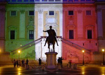 I colori della bandiera italiana proiettati sul Campidoglio, in segno di vicinanza verso i connazionali rimasti uccisi nel terribile attacco di Dacca a Roma, 2 luglio 2016. ANSA/LUCIANO DEL CASTILLO