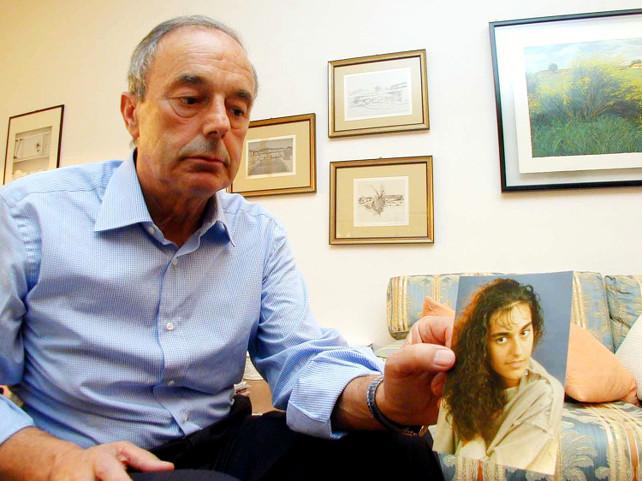 LECCO = BEPPINO ENGLARO MOSTRA UNA FOTO DELLA FIGLIA ELUANA, LA RAGAZZA DI LECCO CHE, A SEGUITO DI UN INCIDENTE STRADALE,  E' IN STATO VEGETATIVO PERMANENTE DAL 18-01-1992 - IL PADRE BEPPINO ENGLARO DA ANNI SI BATTE PER INTERROMPERE L'ACCANIMENTO TERAPEUTICO SULLA FIGLIA - E' DI IERI LA NOTIZIA CHE I GIUDICI HANNO AUTORIZZATO L' EUTANASIA - CARDINI - 10-7-2008