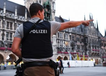 epa05437116 A policeman stands at the Marienplatz as he secures the area after a shootout in Munich, Germany, 22 July 2016. After a shootout in the Olympia shopping centre (OEZ), the police reported severa injuries and possible deaths.  EPA/SVEN HOPPE