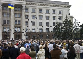 epa04730308 Ukrainians launch black balloons during a ceremony to mark of first anniversary of tragedy at the Trade Union building in Odessa, Ukraine, 02 May 2015. At least 31 people died in a fire that broke out during clashes between pro-Ukrainian and pro-Russian protesters at the Trade Union building in Odessa on 02 May 2014. Apart from the fire death toll, the fighting left at four people dead and 40 injured, police said.  EPA/SERGEY GUMENYUK