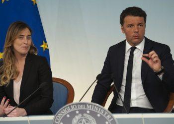 Il presidente del Consiglio Matteo Renzi e il ministro per le Riforme Costituzionali Maria Elena Boschi, durante la conferenza stampa al termine del Consiglio dei Ministri a Palazzo Chigi, Roma, 10 maggio 2016. ANSA/GIORGIO ONORATI