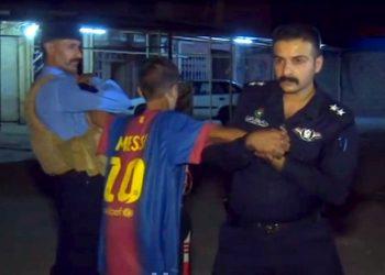 Un fermo immagine tratto da un video della emittente NRTTV mostra l'intervento delle forze di polizia che disarmano e arrestano un bambino con una cintura di esplosivo addosso nascosta da una maglietta del giocatore Messi del Barcelona calcio, a Kirkuk, 21 agosto 2016. ANSA/NRTTVANSA PROVIDES ACCESS TO THIS HANDOUT PHOTO TO BE USED SOLELY TO ILLUSTRATE NEWS REPORTING OR COMMENTARY ON THE FACTS OR EVENTS DEPICTED IN THIS IMAGE; NO ARCHIVING; NO LICENSING