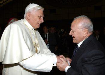 Papa Benedetto XVI con l'ex presidente della Rai, Ettore Bernabei, durante il loro incontro nell'Aula Paolo VI in Vaticano, in una immagine del 17 novembre 2005. ANSA/VATICAN POOL