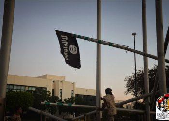Ammainate le ultime bandiere nere dell'Isis nei palazzi di Sirte conquistati dalle milizie. Le ultime fotografie postate dalle forze libiche mostrano i combattenti in festa nel cortile del Centro Ouagadougou - ex quartier generale dello Stato islamico - mentre tengono in mano un vessillo del Califfato e dietro di loro sventola la bandiera della Libia. ANSA/ALBINYAN AL MARSOUS MEDIA CENTER +++EDITORIAL USE ONLY - NO SALES+++