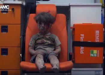 Un fermo immagine tratto da un video  fornito dall'opposizione siriana mostra il tragico salvataggio di un bambino estratto dalle macerie dopo un bombardamento. ANSA/YOUTUBE - ANSA PROVIDES ACCESS TO THIS HANDOUT PHOTO TO BE USED SOLELY TO ILLUSTRATE NEWS REPORTING OR COMMENTARY ON THE FACTS OR EVENTS DEPICTED IN THIS IMAGE; NO ARCHIVING; NO LICENSING