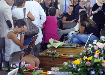 Scene di dolore e disperazione poco prima dell'inizio dei funerali delle vittime marchigiane del terremoto nella palestra comunale del quartiere Monticelli ad Ascoli Piceno, 27 agosto 2016. ANSA/ CRISTIANO CHIODI