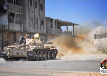 Un tank che avanza a Sirte, in una delle foto pubblicate su Facebook dalle forze al Bunyan al Marsous, le milizie libiche legate a Sarraj impegnate nella battaglia contro l'Isis, il 6 settembre 2016. +++ ATTENZIONE LA FOTO NON PUO'ESSERE PUBBLICATA O RIPRODOTTA SENZA L'AUTORIZZAZIONE DELLA FONTE DI ORIGINE CUI SI RINVIA +++