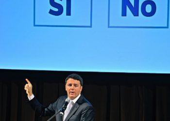 Il premier Matteo Renzi al teatro Metastasio di Prato per un'iniziativa pubblica a sostegno del Si' al referendum costituzionale, 24 settembre 2016. ANSA/ MAURIZIO DEGL' INNOCENTI