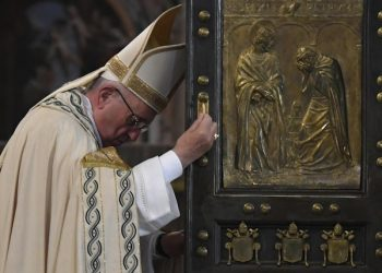 Pope Francis closes the Holy Door at Saint Peter's Basilica to mark the end of the Jubilee of Mercy at the Vatican, 20 November 2016.    ANSA/POOL AFP/TIZIANA FABI