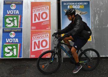 Affissioni per il Si e per il NO a Genova, 30 novembre 2016.  ANSA/LUCA ZENNARO