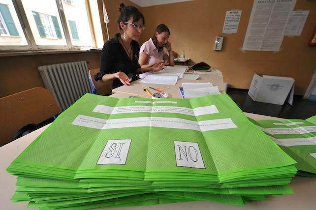 Referendum popolari. Lo scrutinio delle schede in un seggio di genova , questa pomeriggio  13 giugno 2011. Il conteggio delle schede, al quarto quesito legittimo impedimento. -ANSA/LUCA ZENNARO -