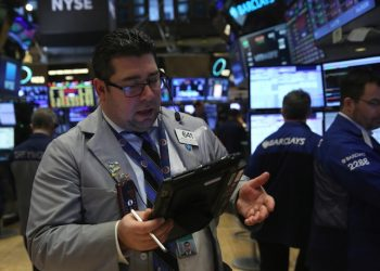 epa05114452 Traders work on the floor of the New York Stock Exchange near the end of the trading day in New York, New York, USA, 20 January 2016. The Dow Jones Industrial Average was down as much as 565 points but recovered slightly to close down 249.28 points  at 15766.74  EPA/ANDREW GOMBERT