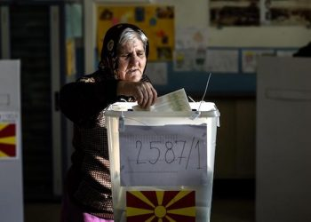 epa05670350 An elderly woman casts her ballot during early parliamentary elections at a polling station in Skopje, The Former Yugoslav Republic of Macedonia on 11 December 2016. Some 1.7 million voters are called to take part in parliamentary elections to elect 130 members of the Parliament. The elections are part of a reform package agreed with EU and US mediation in order to bring an end to a years long political crisis in the country, following opposition's revelations about massive wiretapping of over 20,000 people.  EPA/GEORGI LICOVSKI