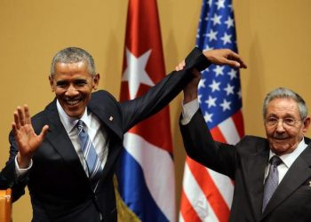 epa05224659 US President Barack Obama (L) and his Cuban counterpart Raul Castro (R) at the end of a joint press conference at the Revolution Palace in Havana, Cuba, 21 March 2016. US President Barack Obama is on an official visit to Cuba from 20 to 22 March 2016; the first US president to visit Cuba since Calvin Coolidge 88 years ago.  EPA/ALEJANDRO ERNESTO