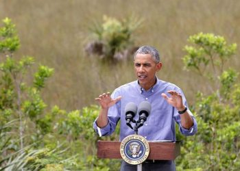 epa04716653 US President Barack Obama speaks at the Ernest Coe Visitor's Center at Everglades National Park near Homestead, Florida, USA, 22 April 2015. President Obama toured the park on Earth Day and spoke about his climate change policies.  EPA/JOE SKIPPER .