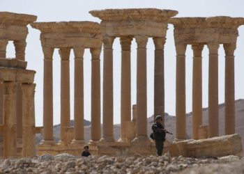 epa05291296 A Russian soldier patrols the ruins of the ancient city of Palmyra in Tadmur District, Homs Governorate, Syria, 05 May 2016. The city was recently recaptured from Islamic State (or ISIS) militants by Syrian government forces backed by Russian troops.  EPA/SERGEI CHIRIKOV
