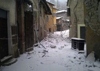 La neve copre le macerie del terremoto a Castelsantangelo sul Nera (Macerata), 6 gennaio 2017,  ANSA/Cristina Morbiducci