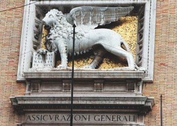 Una immagine di archivio mostra il leone alato, simbolo del Gruppo Generali.  MASSIMO CAPODANNO/ARCHIVIO - ANSA - KRZ
