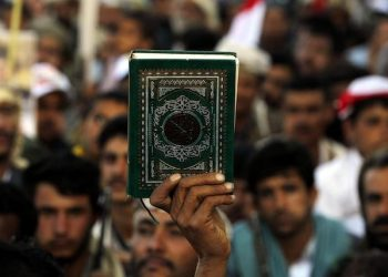 epa05582740 A pro-Houthi Shiite Muslims holds the Quran during Ashura Day celebrations in Sana'a, Yemen, 12 October 2016. Shiite Muslims across the world are observing Muharram, the first month of Islamic calendar, during which Shiites stage massive processions of mourning, the climax of which is Ashura Festival, to commemorate the martyrdom of Imam Hussein, a grandson of the Prophet Mohammed, who died in a battle near the Iraqi city of Karbala in the seventh century.  EPA/YAHYA ARHAB