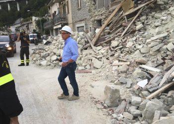 Un momento del sopralluogo del presidente della Rgeione Marche Luca Ceriscioli ad Arquata del Tronto con il neo commissario per l'emergenza Vasco Errani, 1 Settembre 2016. ANSA/ US/ REGIONE MARCHE  +++ NO SALES EDITORIAL USE ONLY +++