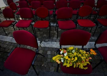 """Il flash mob davanti alla sede della Provincia di Napoli in piazza Matteotti, con sedie rosse vuote con sopra il nome delle donne vittime di """"femminicidio"""" nel 2013: Ë il flash mob promosso dal Centro Italiano Femminile, con il Patrocinio della Provincia, 8 marzo 2014. ANSA / CIRO FUSCO"""