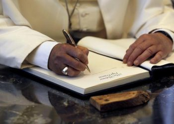 epa04226698 Pope Francis writes a note in the guest book during his visit at the residence of Israel's President Shimon Peres in Jerusalem May 26, 2014. Pope Francis navigated the minefield of the Israeli-Palestinian conflict and humbly bowed to kiss the hands of Holocaust survivors on Monday, the last day of a Mideast trip laden with bold personal gestures.  EPA/AMIR COHEN
