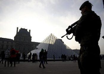 epa05768036 (FILE) - A soldier stands guard by The Louvre during 'Sentinelle' military operation in Paris, France, 30 December 2016 (reissued -3 February 2017). According to reports on 03 February 2017, a solider on guard at the Louvre has allegedly opened fire on a suspected attacker.  EPA/YOAN VALAT