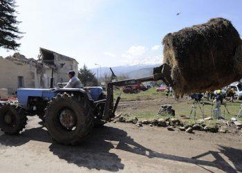 20090407 - ONNA (L'AQUILA) - CRO - TERREMOTO. Un contadino probabilmente porta il fieno ai suoi animali ad Onna, una frazione de L'Aquila semi distrutta dal terremoto.      MAURIZIO BRAMBATTI/ANSA/BT