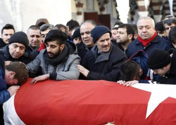 epa05694099 Relatives and friends mourn at the coffin during the funeral of Ayhan Arik, one of the 39 victims of the gun attack on the Reina, a popular night club in Istanbul near by the Bosphorus river, in Istanbul, Turkey, 01 January 2017. At least 39 people were killed and 65 others were wounded in the attack, local media reported.  EPA/SEDAT SUNA