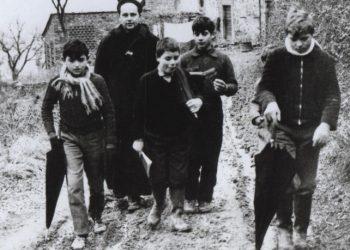 DA LEONARDO NESTI - tre foto di don milani fatte da oliviero toscani appena 21enne, che verranno esposte in una mostra ('Cristiani d'Italia) in programma a Bologna da mercoledì e della quale l'ANSA è partner. Le foto appartengono alla Fondazione per le scienze religiose Giovanni XXIII.