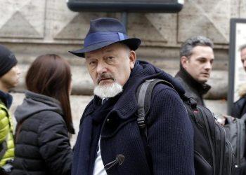 Il padre del premier Matteo Renzi, Tiziano, passeggia vicino alla Galleria Colonna a Roma 23 Dicembre 2014. ANSA/GIUSEPPE LAMI