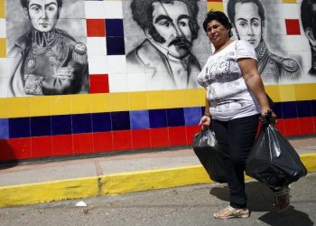 epa05419369 Venezuelans carry groceries bought from a supermarket in Cucuta, Colombia, on 10 July 2016. Hundreds of Venezuelans crossed the border with Colombia, open for twelve hours by the Government of Caracas for its citizens to move to the town of Cucuta to buy food and medicine, due the lack of main products in Venezuela.  EPA/SCHNEYDER MENDOZA