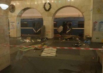 """Una foto tratta da un profilo Twitter mostra gli effetti dell'attentato nella metro di San Pietroburgo (Russia), 3 aprile 2017. Le prime stime parlano di almeno dieci morti e una cinquantina di feriti, tra cui anche bambini. La procura russa parla di """"attentato"""". ANSA/ TWITTER +++ATTENZIONE LA FOTO NON PUO' ESSERE PUBBLICATA O RIPRODOTTA SENZA L'AUTORIZZAZIONE DELLA FONTE DI ORIGINE CUI SI RINVIA+++"""