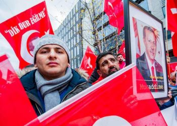 epa05638120 Supporters of Turkish President Recep Tayyip Erdogan carry Turkish flags as they take part in a demonstration in front of the EU Commission in Brussels, Belgium, 19 November 2016. Turkish community gather to show their support to Turkish government and to protest against pro-Kurdish protest who took place in Brussels on 17 November 2016 and EU's policies towards terrorist organizations.  EPA/STEPHANIE LECOCQ
