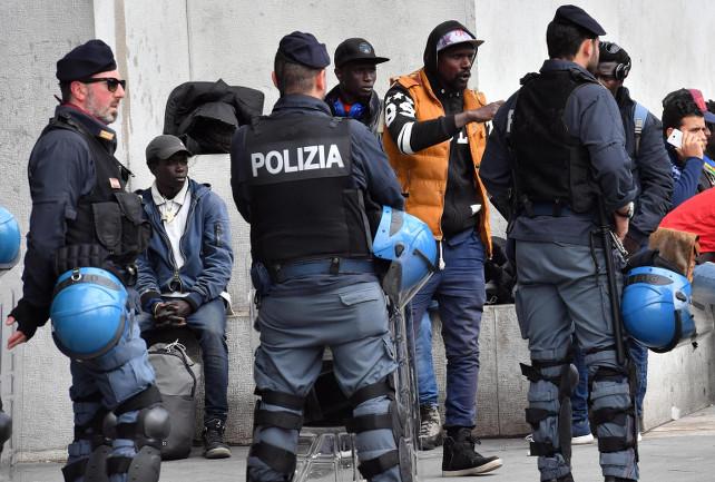 immigrati-stazione-centrale-milano-controlli-2-ansa