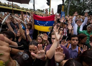 epa05958028 Opposition supporters march in Caracas, Venezuela, 11 May 2017. Hundreds of Venezuelan opposition followers took part in a demonstration paying tribute to Miguel Castillo, who was killed during a protest against Venezuelan President Nicolas Maduro on 10 May 2017.  EPA/MIGUEL GUTIERREZ