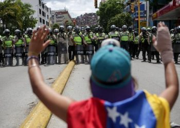 epa05939576 Opposition protesters face off with the Bolivarian National Police (PNB) during one of the opposition rallies in Caracas, Venezuela, 01 May 2017. The Venezuelan state security forces dispersed today the demonstration of thousands of opponents in Caracas who tried to head to the headquarters of the Supreme Court of Justice (TSJ) through one of the avenues that connects the east with the west of the capital.  Opposition supporters and followers of the official Government in Caracas have called for marches today, one month after Supreme Tribunal temporarily blocked the national assembly functions.  EPA/CRISTIAN HERNANDEZ