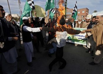 epa05088640 Supporters of Rah-e-Haq religious party burn an effigy of Iran, Israel and US during a rally in favour of execution of Shiite cleric Nimr al-Nimr, in Peshawar, Pakistan, 05 January 2016. Saudi Arabia on 02 January came under blistering criticism from the region's Shiites shortly after it executed a top Shiite cleric known for his activism against the Sunni government. Nimr al-Nimr was among 47 people the Saudi government said it had executed earlier on 02 January after their convictions on terrorism-related charges. Iran, Saudi Arabia's regional Shiite rival, criticized al-Nimr's execution, saying it was politically and religiously motivated.  EPA/ARSHAD ARBAB