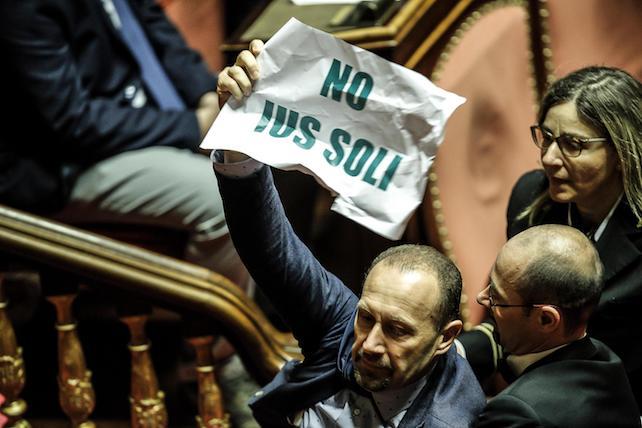 I senatori della Lega protestano nell'Aula del Senato contro lo 'Ius soli', Roma, 15 giugno 2017. ANSA/GIUSEPPE LAMI