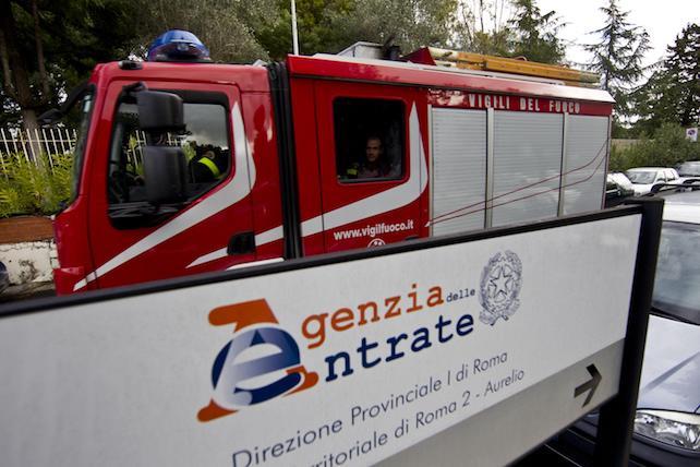 Vigili del fuoco a via Lorenzo Mossa a Roma dove un uomo si e' cosparso di liquido infiammabile e ha minacciato di darsi fuoco davanti alla sede dell'Agenzia delle Entrate, 30 novembre 2012. ANSA/MASSIMO PERCOSSI