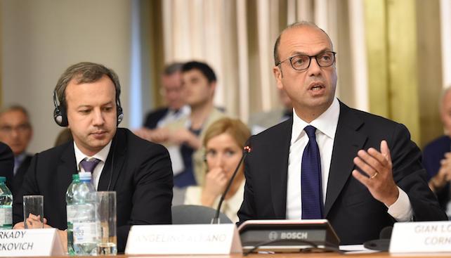 Il ministro degli Affari Esteri Angelino Alfano (d) e il vice primo ministro della Federazione Russa Arkady Dvorkovic, durante la conferenza di presentazione sulle opportunita' di investimento in Russia alla Farnesina, Roma, 3 luglio 2017. ANSA/GIORGIO ONORATI